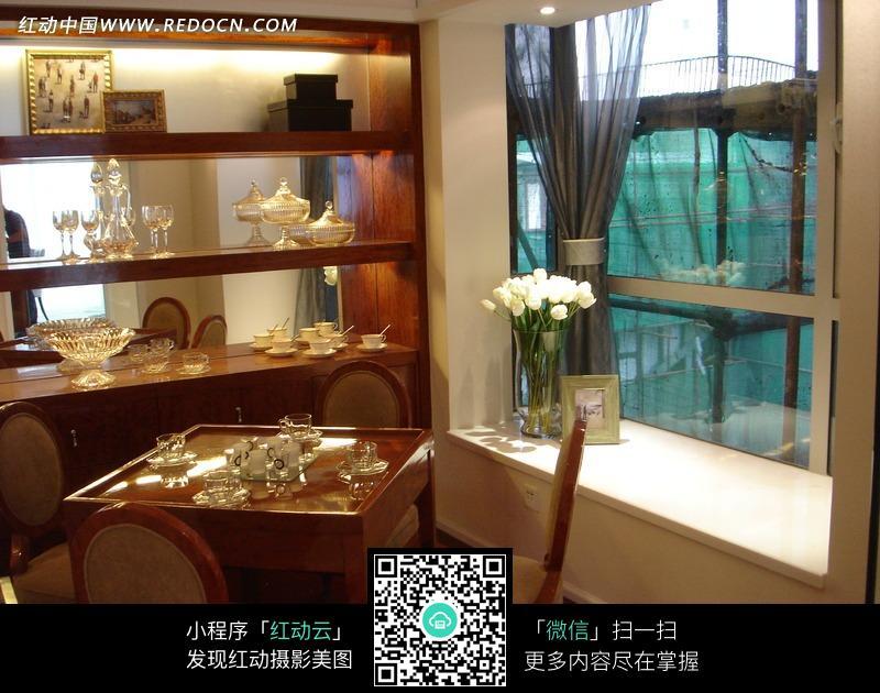 窗子边的餐桌椅和酒柜图片图片