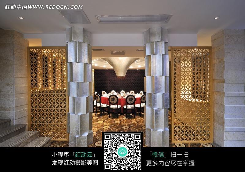 镂空花纹的门和几何形柱子图片