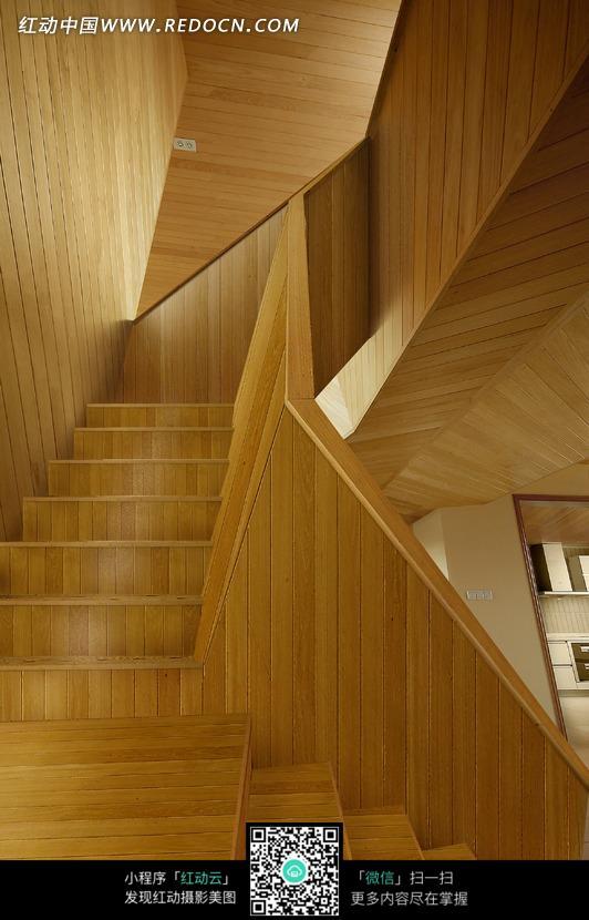 木板铺成的转角楼梯图片