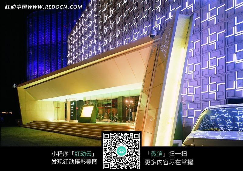 商场物_创意紫色建筑物前的几何形大门