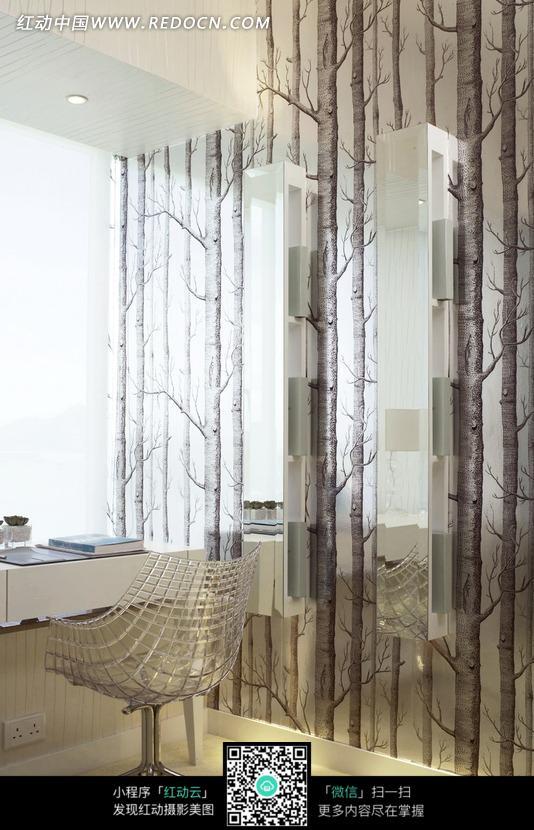 画着树木的玻璃隔断和创意网格椅子