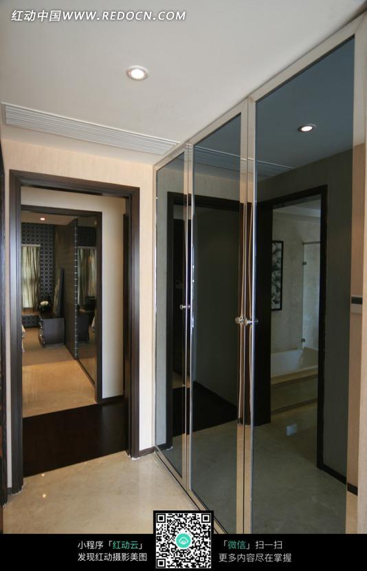 卧室门侧玻璃门柜装修效果