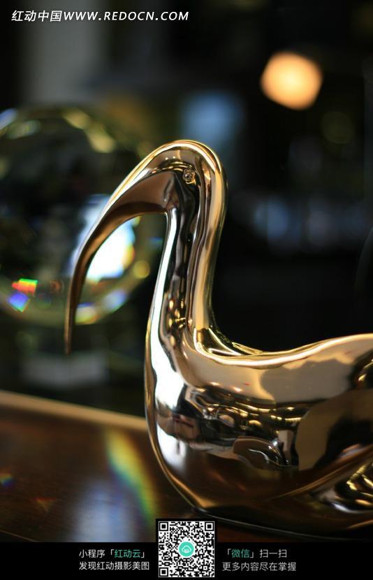 泛着光泽的金属抽象雕塑的局部图片