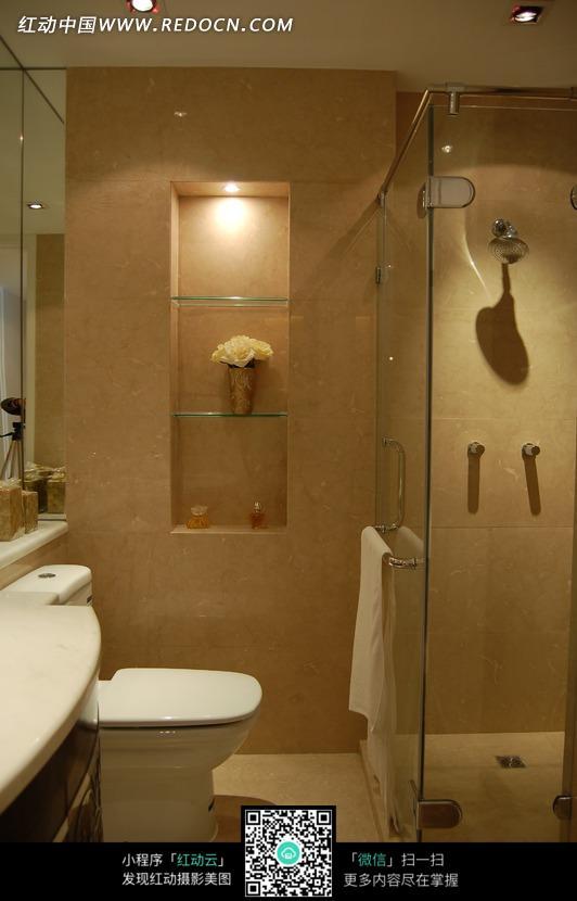 明亮卫生间里的马桶_室内设计图片