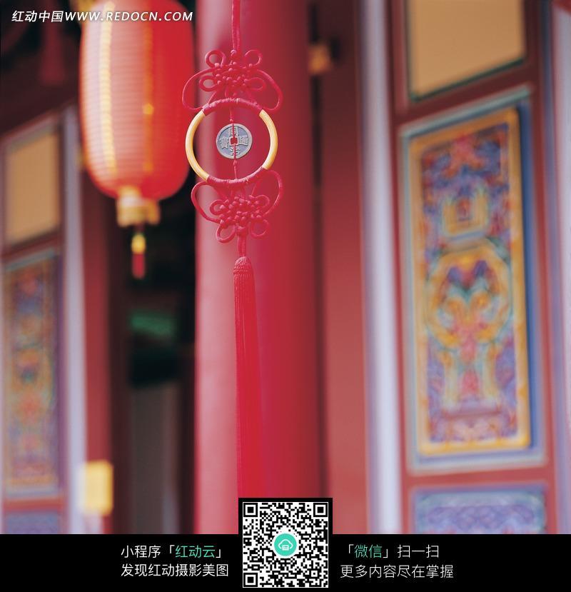带有铜钱的红色简洁中国结图片