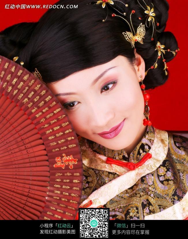 拿着桃花扇的传统美女图片