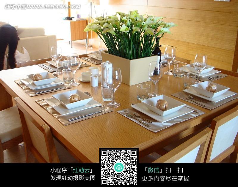免费素材 图片素材 环境居住 室内设计 餐桌上摆放真气的各种餐具和
