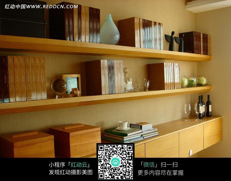 书柜上的书红酒和相框图片免费下载_红动网图片