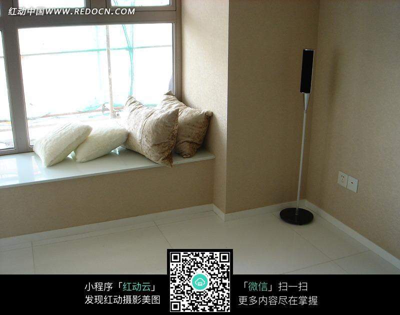 窗台上的靠枕构成的图片
