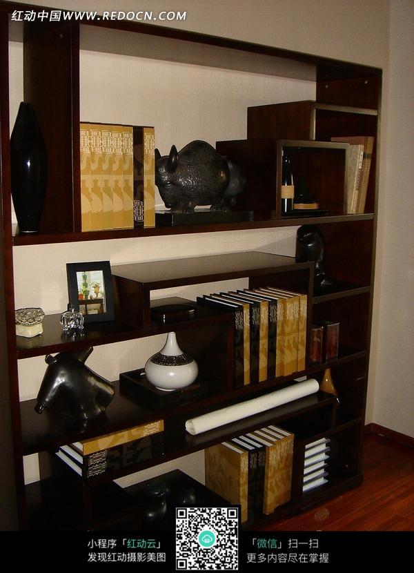 书柜上的书本和装饰品图片