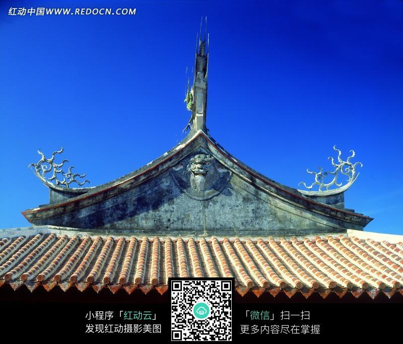 花纹装饰的翘起的屋檐和铺瓦的屋顶图片