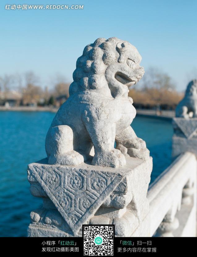 頤和園昆明湖十七孔橋石獅雕刻圖片