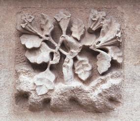 雕刻着的小花和叶子
