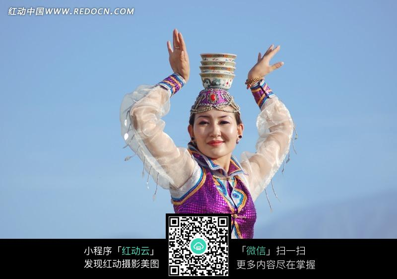 跳盅碗舞的蒙古族女子图片