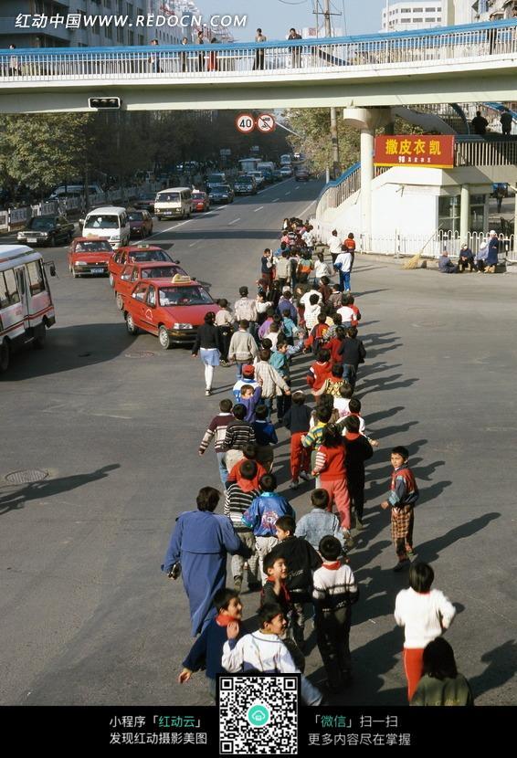 排队过马路的小学生 其他图片