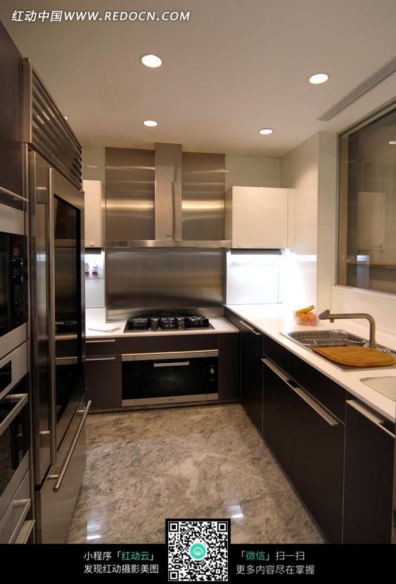 厨房里的橱柜和抽油烟机_室内设计图片