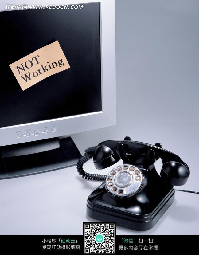 显示器与黑色的老式拔号电话