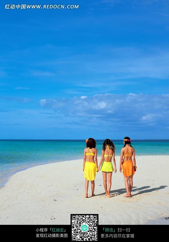 走在海边沙滩上的三个美女背影图片