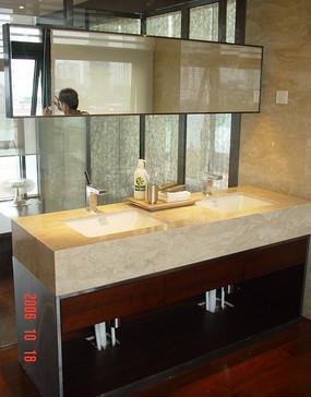 卫生间内的大理石洗手台