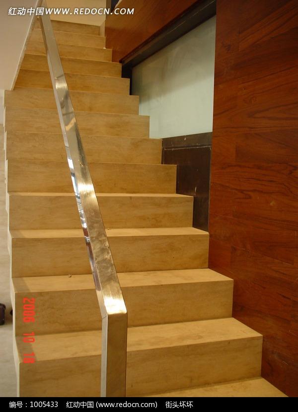 带玻璃扶手的楼梯特写图片