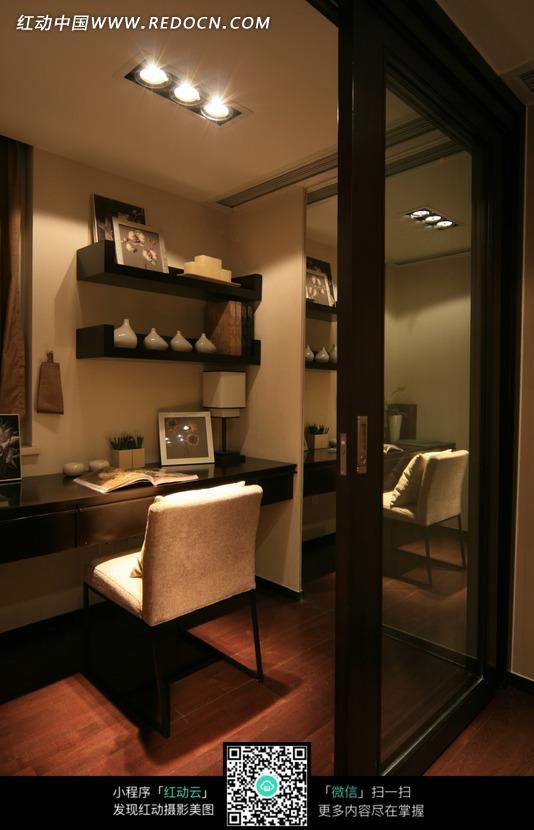 玻璃门内的简洁书房图片_室内设计图片图片