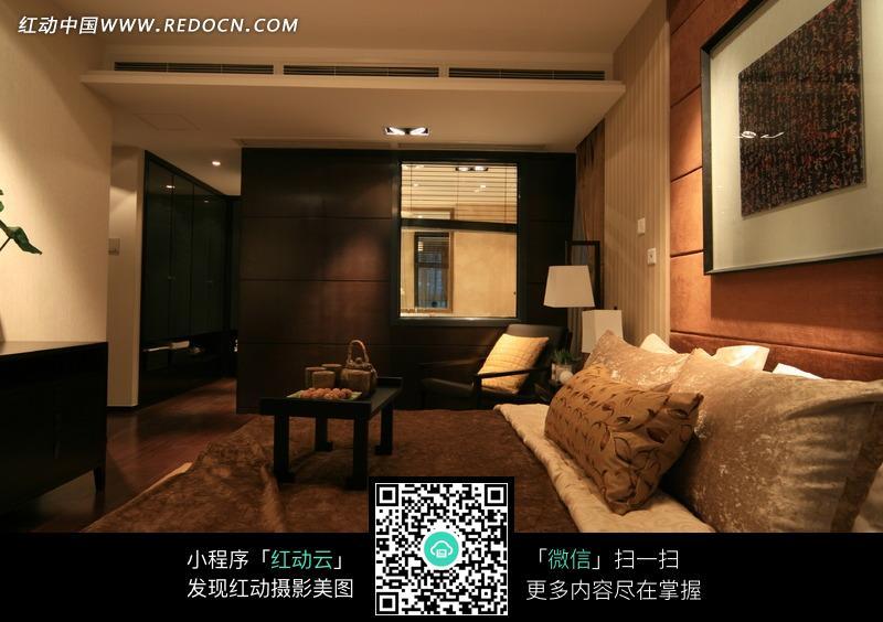 褐色的床和装饰画构成的图片