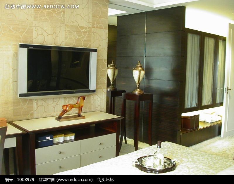 免费素材 图片素材 环境居住 室内设计 柜子上方的电视和琥珀色动物