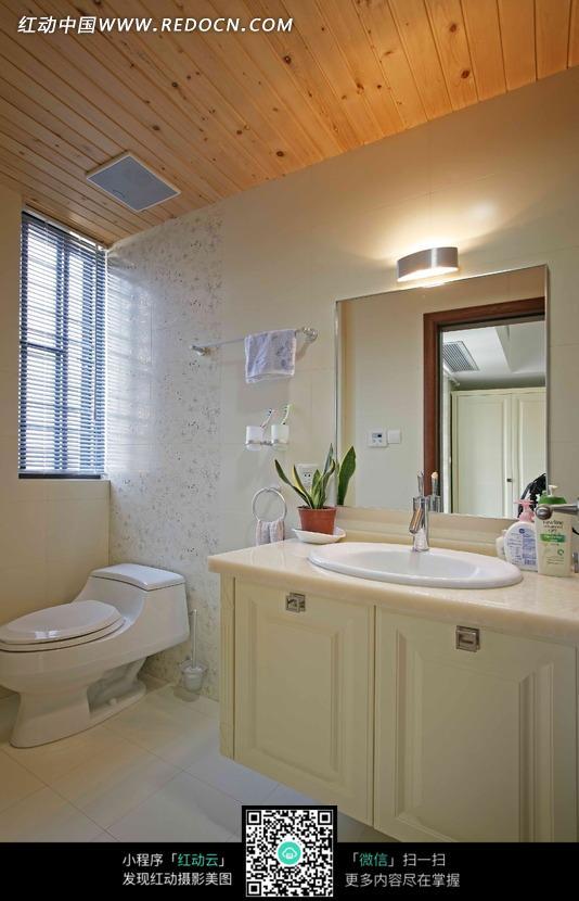 卫生间里的马桶和洗脸池