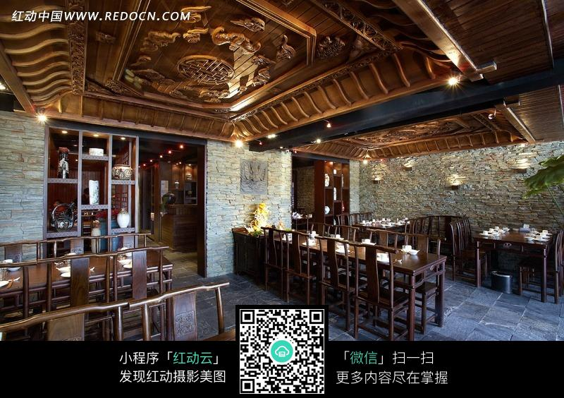 创意中式花纹吊顶下的木制餐桌和椅子图片