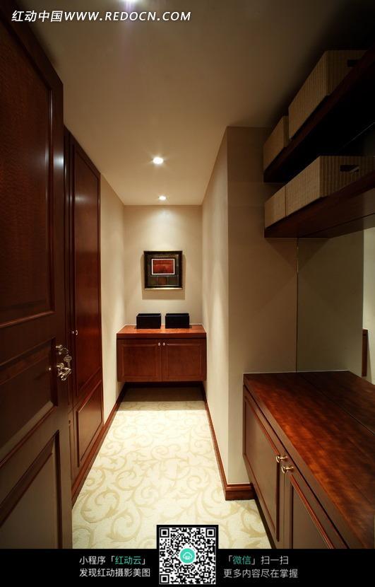 更衣室里的红木柜子图片