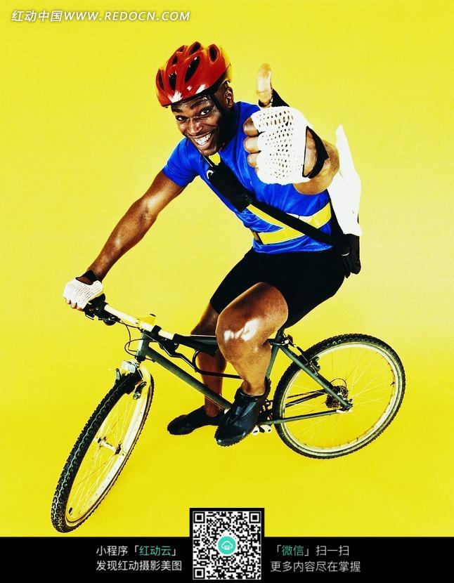 翘起拇指的自行车运动员