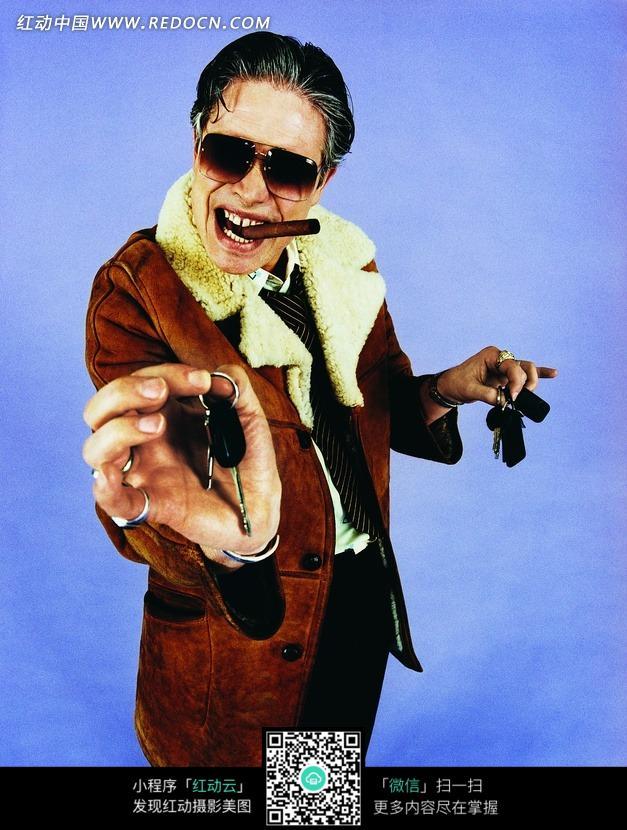 a外国地叼着外国提着鸡汤的戴墨镜的表情钥匙图搞笑雪茄男人包图片