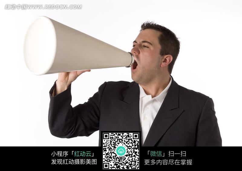 举着喇叭大叫的外国男士图片