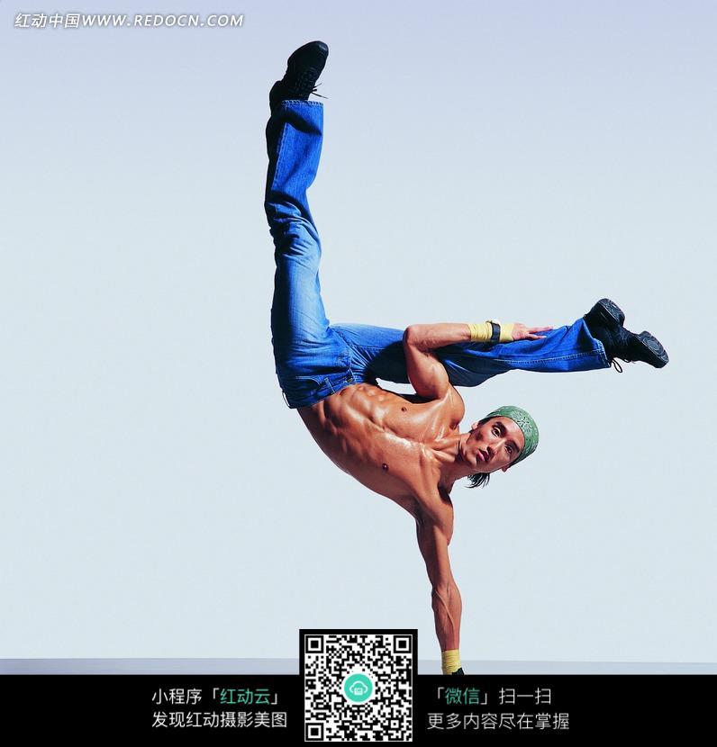 打K姿势的街舞男孩特写照片图片