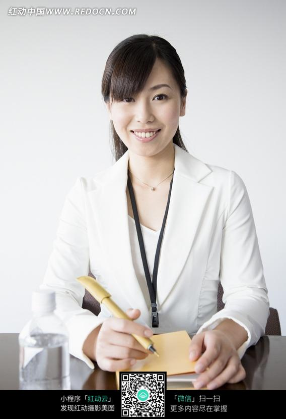 美女 面带微笑-手拿笔和记事本面带微笑的职业装美女