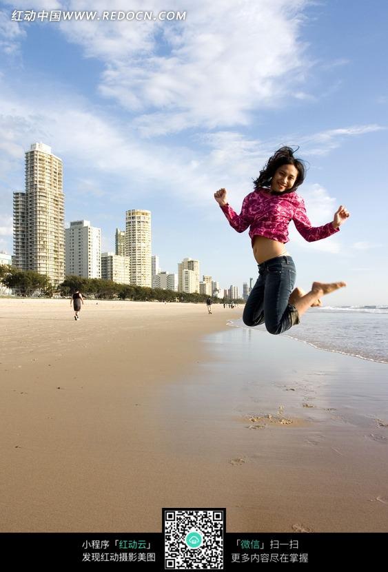 美女上蜷腿跳跃1的高楼美女逃生水下和远处的图片体育_沙滩图片
