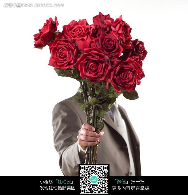 手拿一束红色玫瑰花图片
