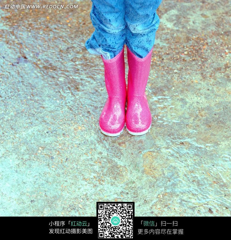 一双穿着粉红色的胶鞋的腿图片