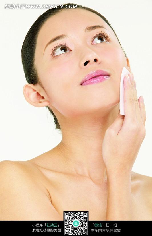 拿着面巾擦脸的美女图片免费下载 红动网