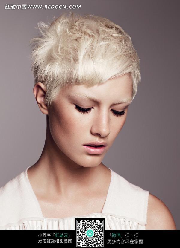 白色短发的外国美女图片