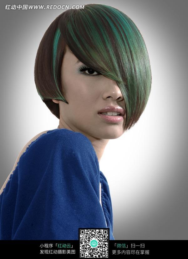 挑染绿色头发的短发美女图片