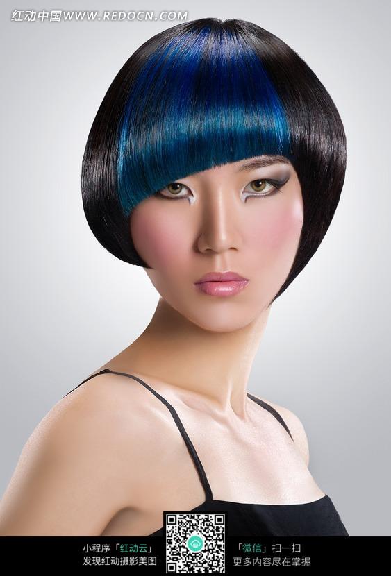 局部染蓝头发的短发美女正面特写图片编号:1