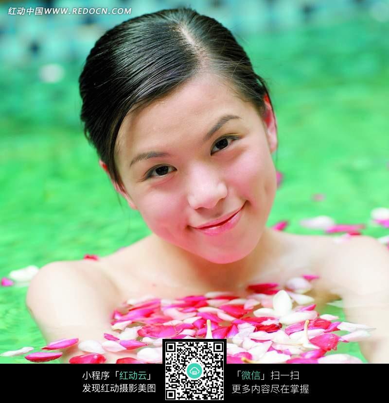 在泡花瓣浴的美女图片