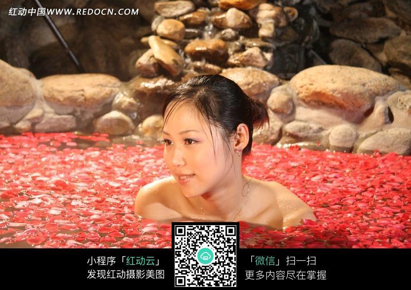 池中的美女图片