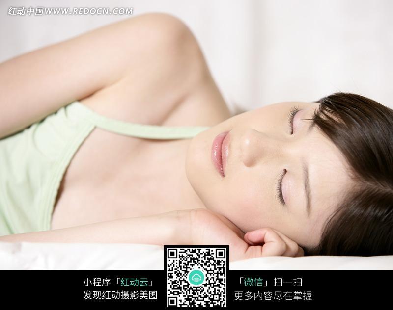侧躺着睡觉的清纯美女图片