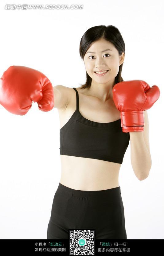 戴着红色拳套打拳的黑衣美女图片