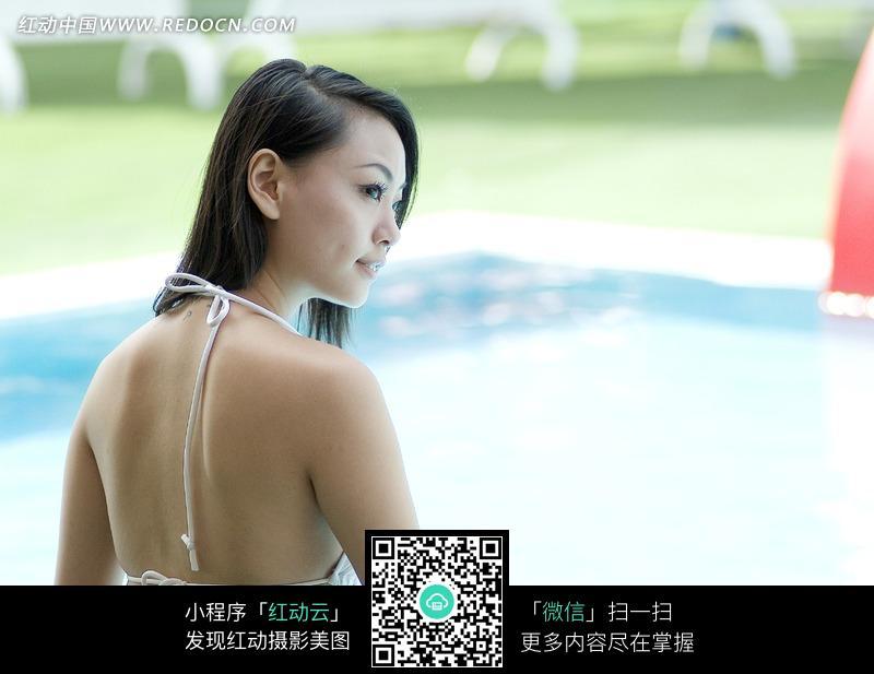 坐在泳池旁穿比基尼的美女图片 女性女人图片