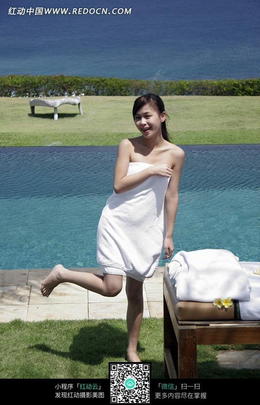 裹着白色浴巾的抬起右脚的女子图片