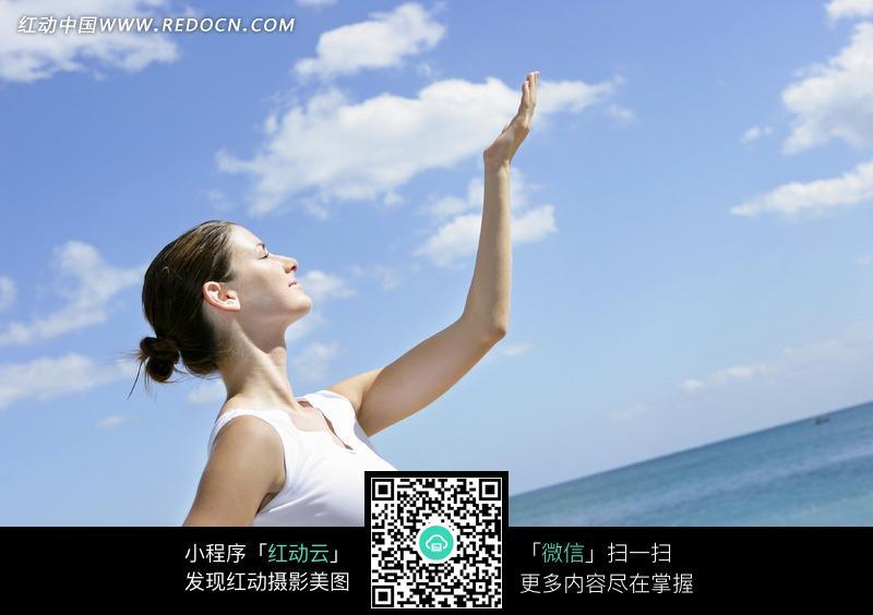 在海边练瑜伽的美女素材图片