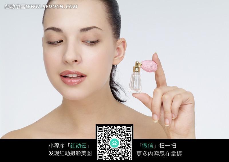 向脸上喷香水的外国美女图片